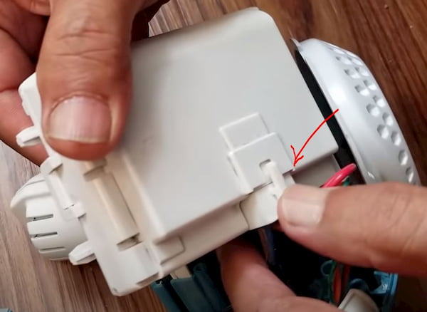 black and decker dustbuster remove battery pack